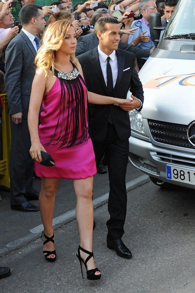 Španělský reprezentant Pedro s přítelkyní Carol Martinovou.