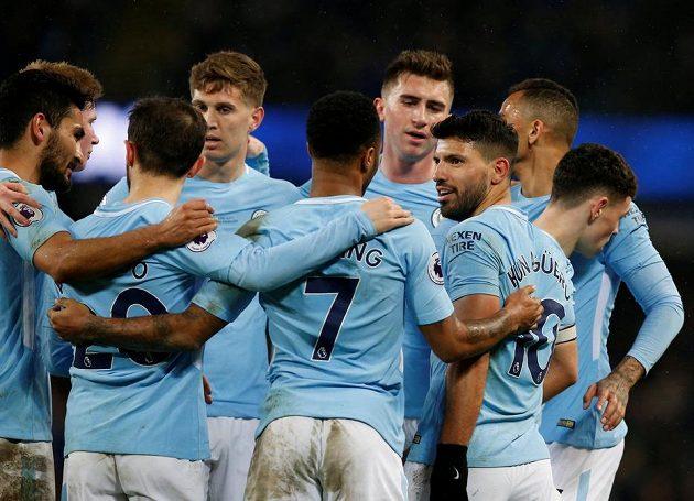 Hráči Manchesteru City oslavují čtyři góly Sergia Agüera (vpravo) v utkání proti Leicesteru.
