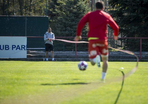 Asistent trenéra fotbalistů druholigových Pardubic Martin Shejbal (vlevo) sleduje hráče při tréninku.