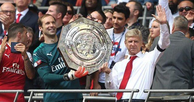 Petr Čech s trofejí ve společnosti manažera Wengera. V této sezóně na podobný obrázek musel Arsenal zapomenout.