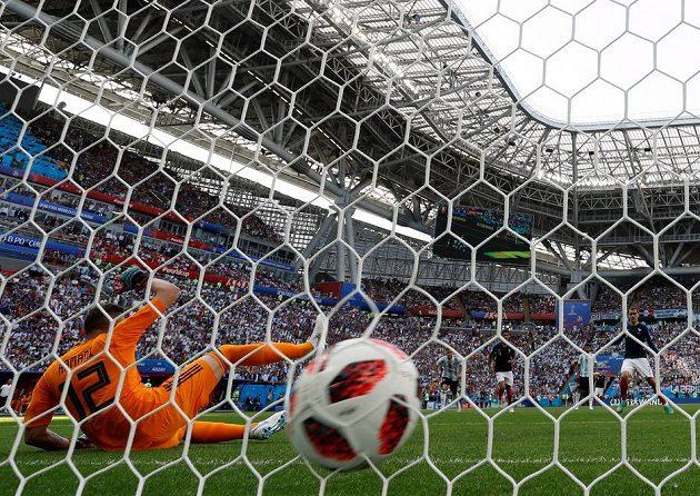 1:0! Francouz Antoine Griezmann proměňuje penaltu.