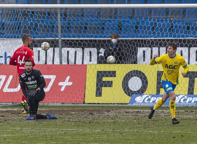 Zleva Luděk Pernica a brankář Martin Šustr z Brna a Ladislav Kodad z Teplic, který se raduje z druhého gólu.