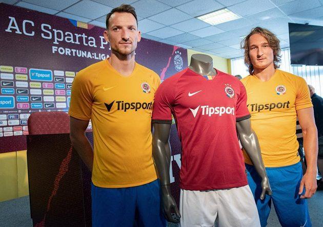 Libor Kozák (vlevo) a Matěj Hanousek předvádějí nové dresy Sparty před zahájením sezony 2019/2020.