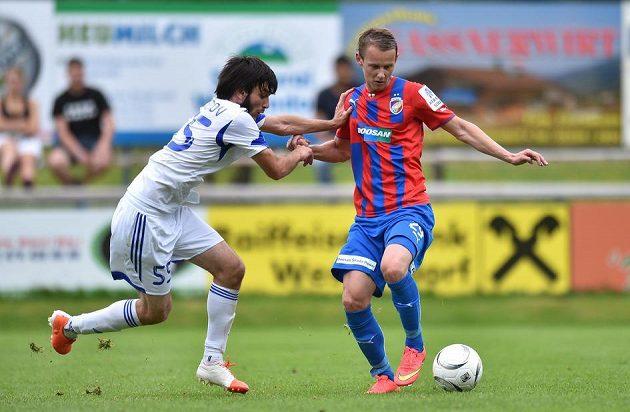 Plzeňský Jan Chramosta (vpravo) během přípravného utkání s Karabachem Agdam.