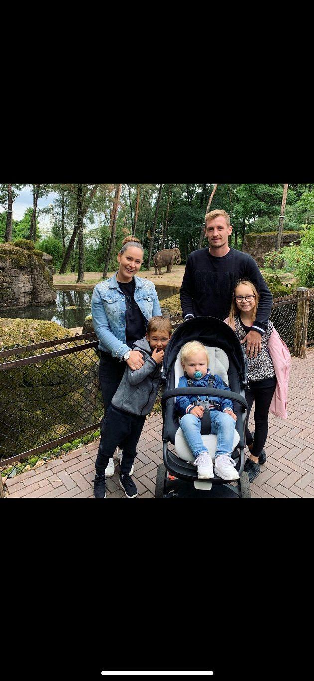 Obránce nizozemského Vitesse Tomáš Hájek s manželkou Barbarou, dcerou Sárou a syny Jaroslavem a Tomášem v zoologické zahradě v Arnhemu.