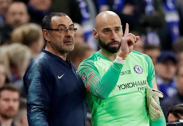 Připravené střídání se nekonalo. Manažer Chelsea Maurizio Sarri dává instrukce Willymu Caballerovi, náhradnímu brankáři. Jenže gólman Chelsea se na hřiště nedostal. Kepa Arrizabalaga odmítl střídat.