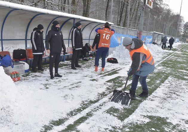 Před začátkem utkání Baník Ostrava - 1. SK Prostějov v Orlové museli pořadatelé odhrnout ze hřiště sníh.