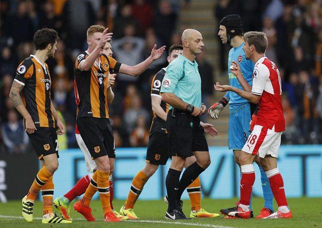 Rozhodčí Roger East nařizuje penaltu pro Hull za faul Petra Čecha.