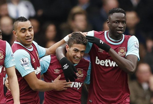Fotbalisté West Hamu Manuel Lanzini, Dimitri Payet (vlevo) a Cheikhou Kouyate se radují z gólu argentinského záložníka na Stamford Bridge.