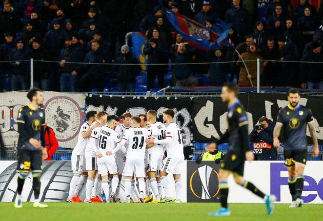 Hráči Basileje slaví Freiův gól z penalty, který jistil postup přes APOEL.