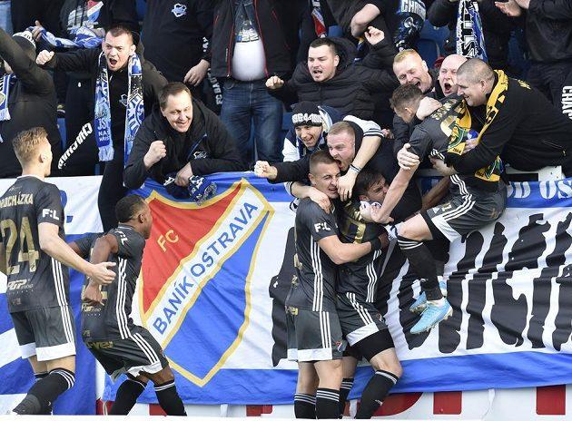 Fotbalisté Baníku oslavují s fanoušky vstřelený gól.