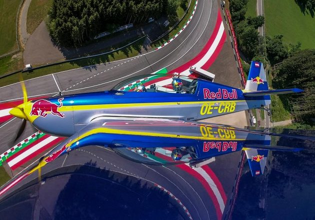 Martin Šonka se svým pasažérem letí nad Red Bull Ringem.