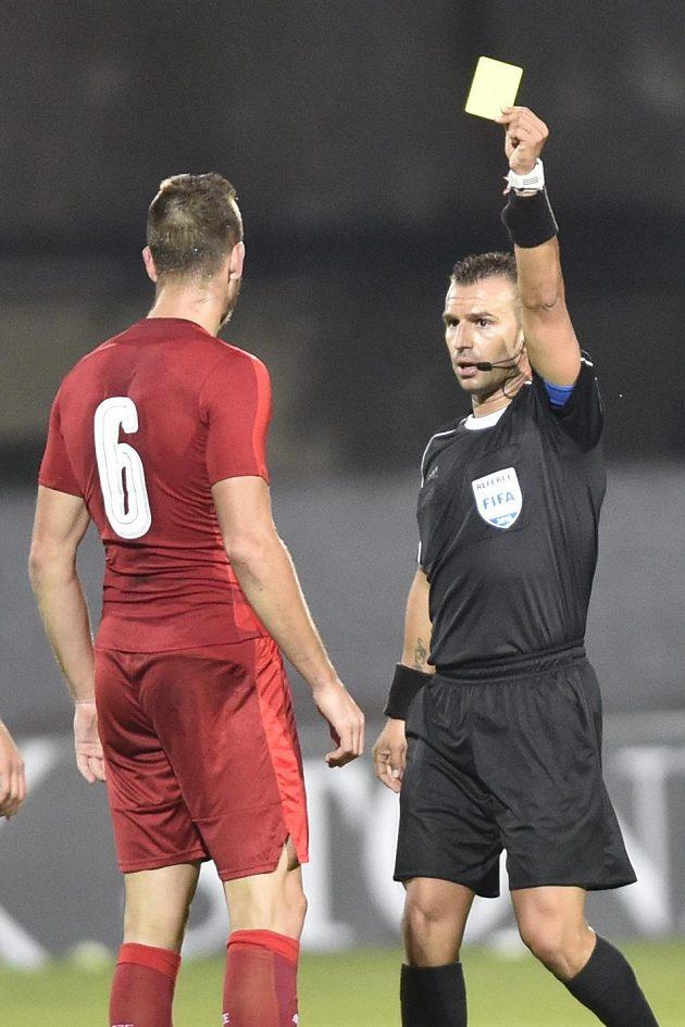Michael Lüftner dostává žlutou kartu v utkání s Moldavskem.