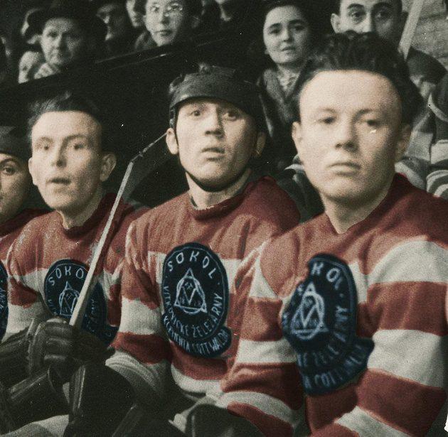 Ladislav Staněk (uprostřed), kapitán vítkovických hokejistů v sezóně 1951/1952.