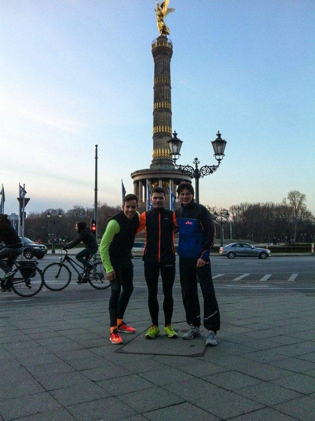 Robert Honzík s dalšími běžci v Berlíně.