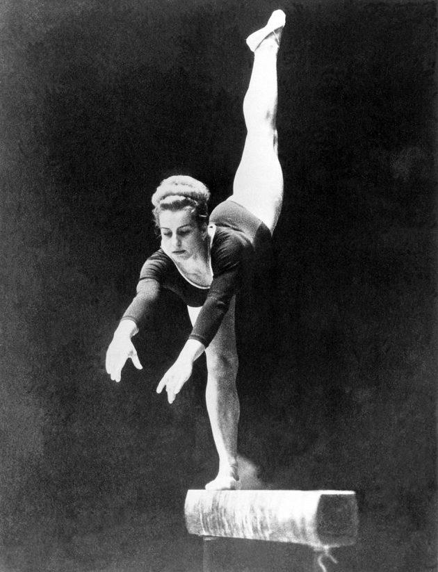 Gymnastka Věra Čáslavská na olympijských hrách v Tokiu v roce 1964.