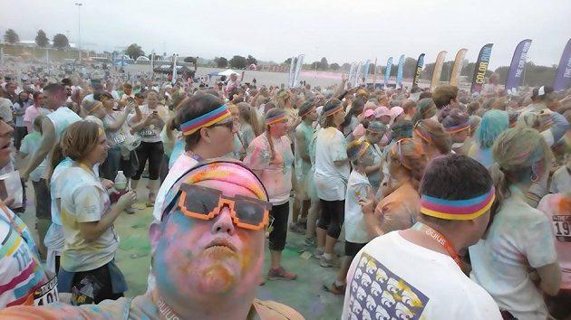 Derek Mitchell a Color Run. Zábavy bylo dost, tak zpátky běhat.