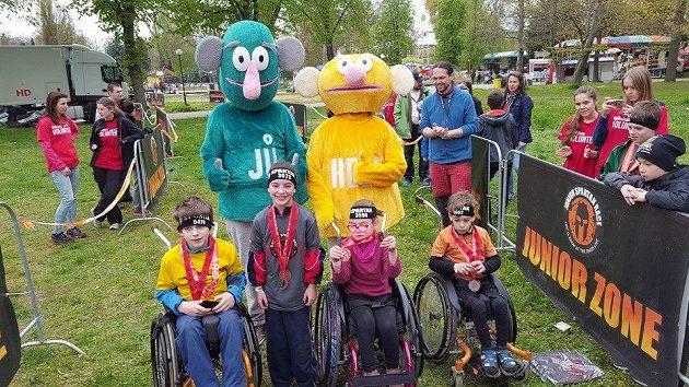 Svůj závod zažily i děti na vozíku. V cíli je čekal Jů a Hele.