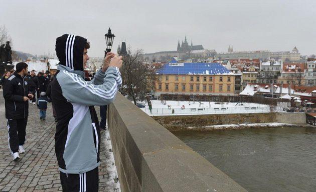 Brazilský záložník Chelsea Oscar si natáčí krásy Prahy.