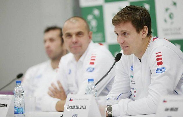 Zleva Radek Štěpánek, kapitán týmu Vladimír Šafařík a dobře naladěný Tomáš Berdych.