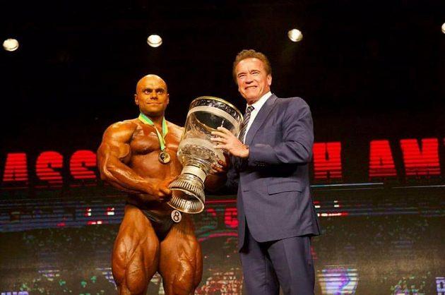 Český kulturista Lukáš Osladil, pohár pro vítěze mu předává Arnold Schwarzenegger.