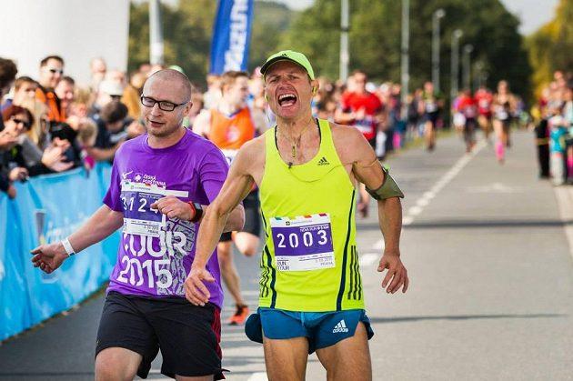 Lukáš Konečný i Dalibor Gondík v cíli. Pohodový běh, ale když jde o umístění, krev sportovce se nezapře.