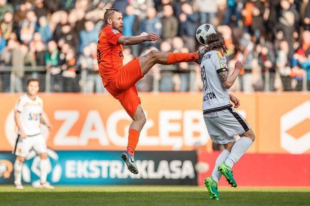 Jakub Mareš v souboji o míč při utkání s Jagiellonií.