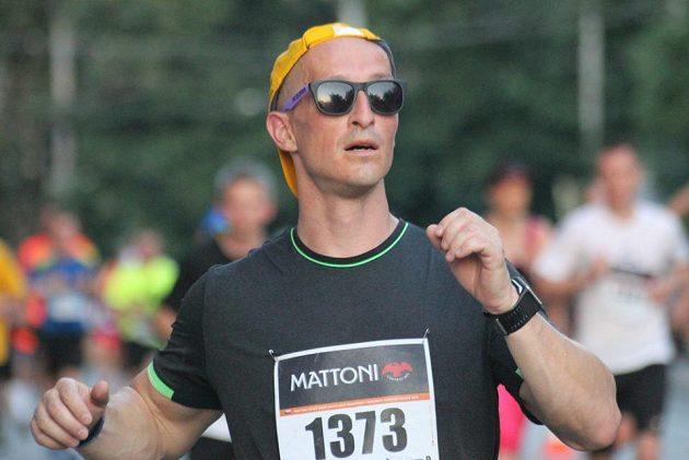 Liborovi pomáhalo triko na půlmaratónu v Budějovicích při třicetistupňových vedrech.
