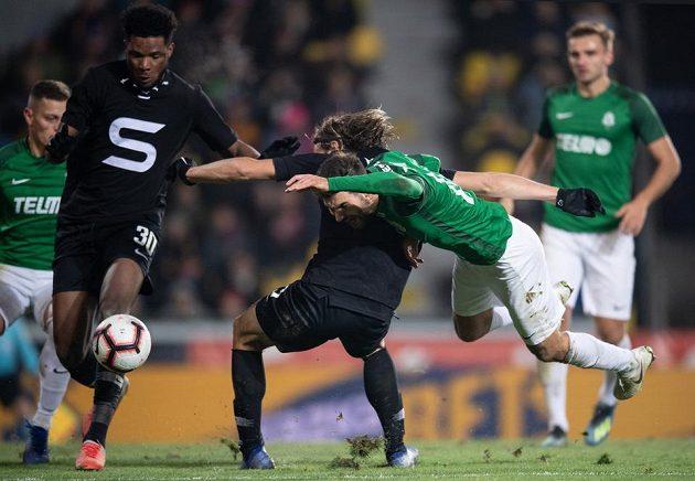 Penalta! Michal Trávník z Jablonce (v pádu) znemožnil dorážku Matěji Pulkrabovi ze Sparty (zády) a video jeho faul odhalilo.