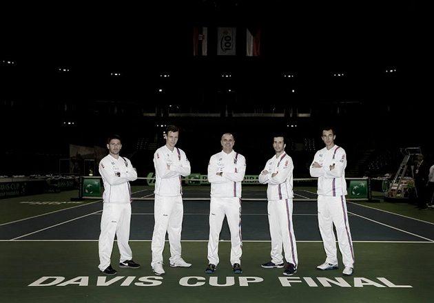Na chvíli se tenisová výprava vžila do role modelů - zleva Jan Hájek, Tomáš Berdych, Vladimír Šafařík, Radek Štěpánek a Lukáš Rosol.