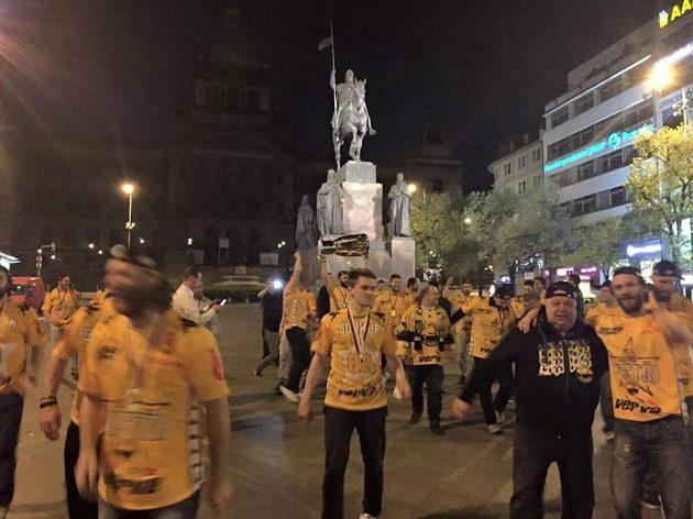 Hokejisté Litvínova se okolo páté hodiny ranní zastavili i s trofejí na Václavském náměstí.