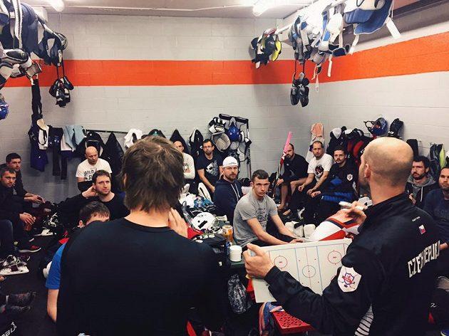 Trenéři českých neslyšících hokejistů udílejí taktické pokyny před zápasem.