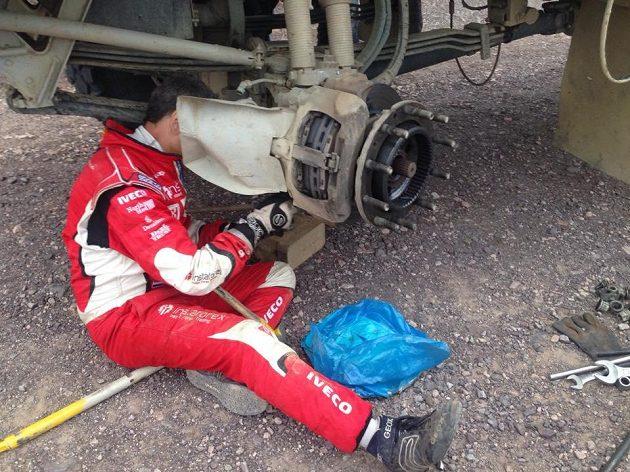 Servis čekala s vozem Aleše Lopraise těžká šichta.