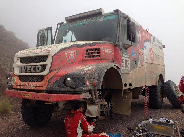 Kamión Aleše Lopraise při opravě porouchaného ložiska.