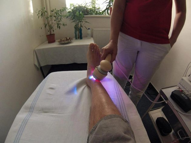 Kotník Kryštofa Krýzla podstupuje laserovou terapii.