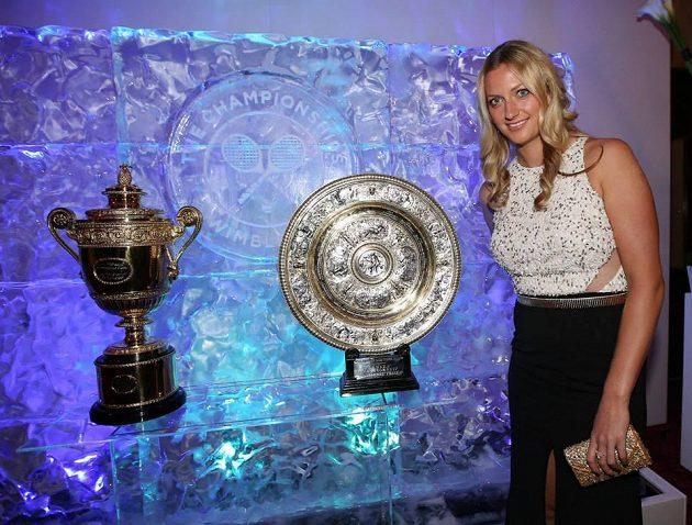 Petra Kvitová s trofejemi pro vítěze Wimbledonu na slavnostním banketu.