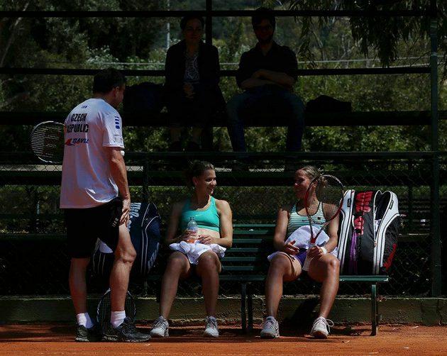 Lucie Šafářová (vlevo) a Lucie Hradecká při tréninku na fedcupový duel s Itálií v Palermu s trenérem Davidem Kunstem.