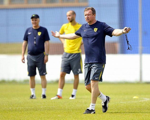 Trenér Pavel Vrba na tréninku Anži.