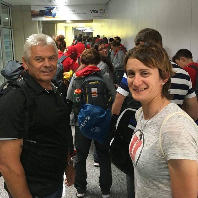 Martina Sáblíková s trenérem Petrem Novákem na letišti v Riu.