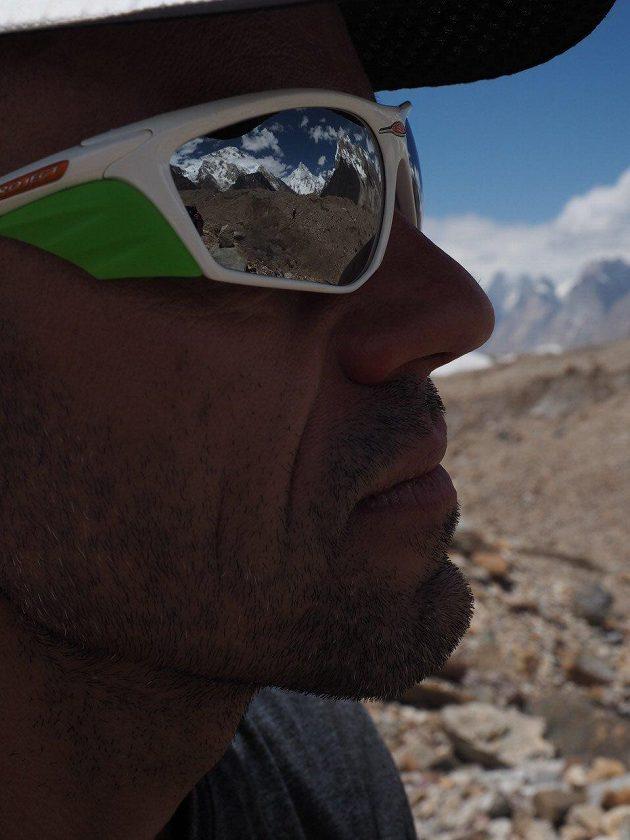 Odraz K2 v brýlích Radka Jaroše.