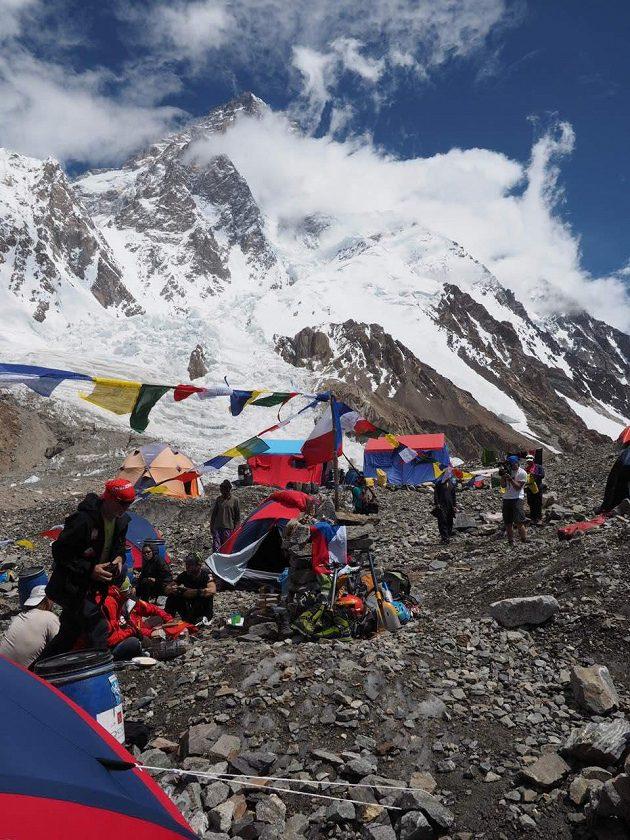 K2 tyčící se v celé kráse nad základním táborem.