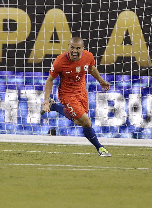 Francisco Silva jásá po trefě, která v rozstřelu stvrdila chilský finálový triumf proti Argentině.