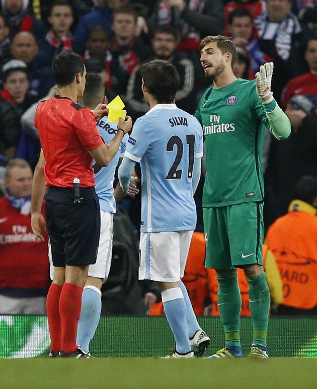 Brankář PSG Kevin Trapp dostává žlutou kartu od rozhodčího Carlose Velaska Carballa po penaltovém faulu na Agüera z Manchesteru City v odvetě čtvrtfinále Ligy mistrů.
