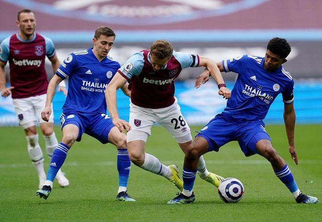 Tomáš Souček pod dohledem Vladimíra Coufala bojuje s obklíčením hráčů Leicesteru.