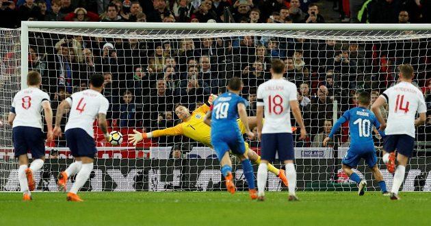 Lorenzo Insigne penaltu proměňuje...