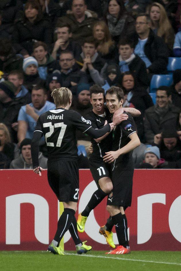 Plzeňští fotbalisté František Rajtoral (vlevo), Milan Petržela (uprostřed) a Tomáš Hořava se radují z vyrovnávacího gólu na hřišti Manchesteru City.