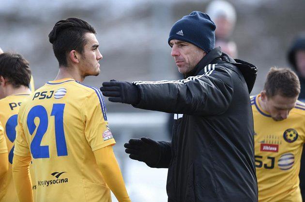 Trenér Jihlavy Luděk Klusáček (vpravo) a Patrik Demeter během přípravného utkání na Spartě.