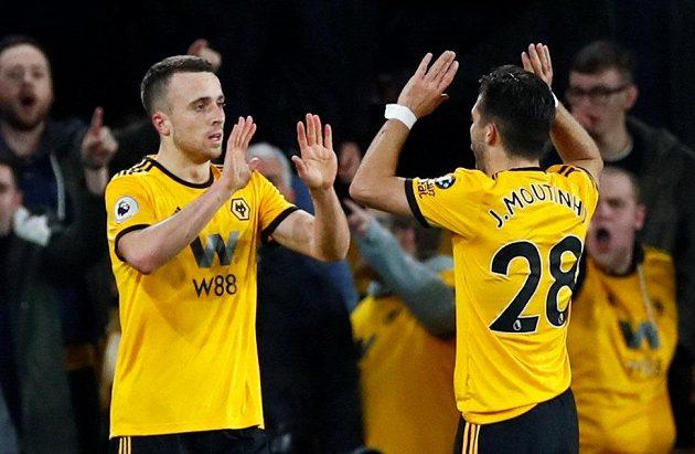 Fotbalisté Wolves slaví branku do sítě Chelsea