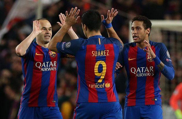 Barcelonaský Luis Suárez (uprostřed) slaví s Neymarem a Andresem Iniestou (vlevo) úvodní gól proti PSG.