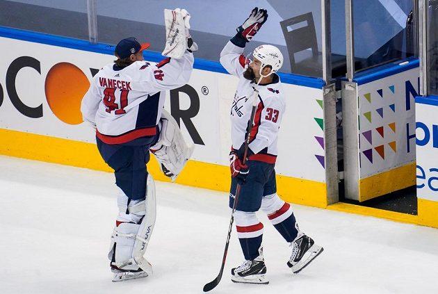 Náhradní gólman Washingtonu Capitals Vítek Vaněček (41) slaví výhru nad New York Islanders s obráncem Radko Gudasem (33).